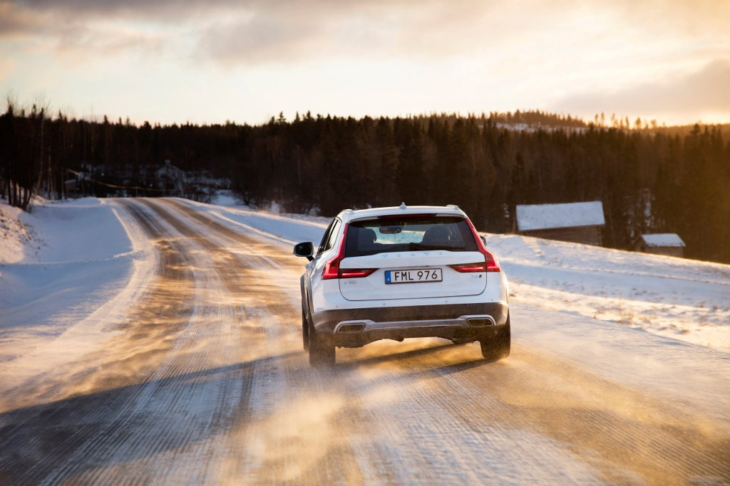 Volvo V90 Cross Country sur route enneigée